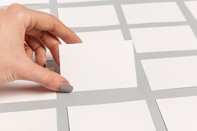 Hand, die eine unbelegte visitenkarte anhält Kostenlose Fotos