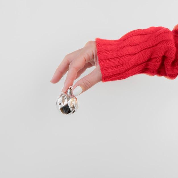 Hand, die eine vorderansicht des weihnachtsballs hält Kostenlose Fotos