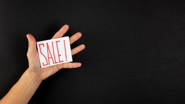 Hand, die einen verkaufsanzeigen-exemplarplatz zeigt Kostenlose Fotos