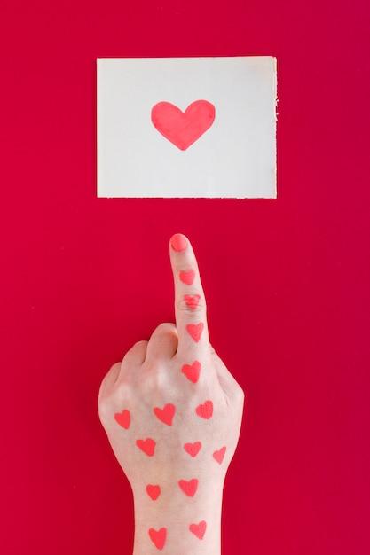 Hand Die Finger Auf Herzzeichnung Zeigt Download Der Kostenlosen
