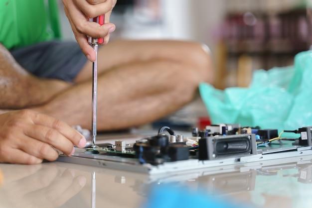 Hand, die gebrochenes elektronisches brett oder pwb repariert Premium Fotos