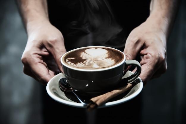 Hand, die heiße kaffeetasse hält Kostenlose Fotos