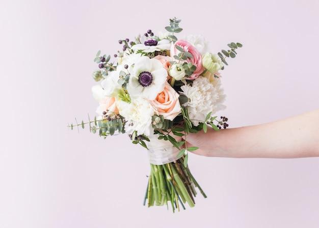 Hand, die hochzeitsblumenstrauß hält Kostenlose Fotos