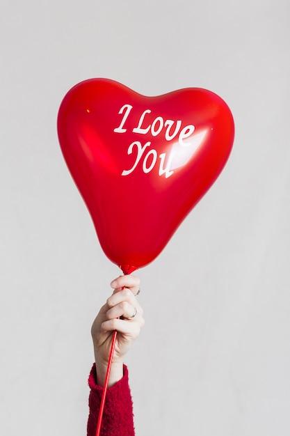 Hand, die ich liebe dich ballon hält Kostenlose Fotos