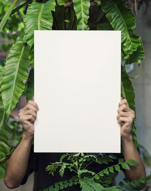 Hand, die leeren fotorahmen hält Premium Fotos