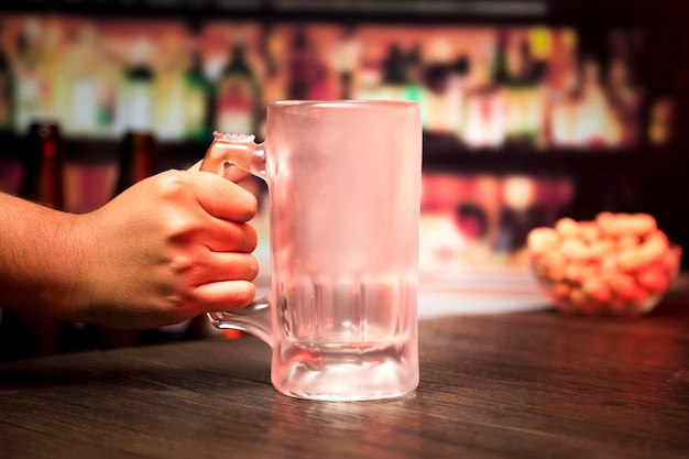 Hand, die leeres bierglas hält Kostenlose Fotos