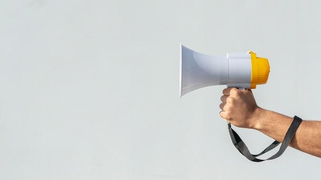 Hand, die megaphon für protest hält Kostenlose Fotos