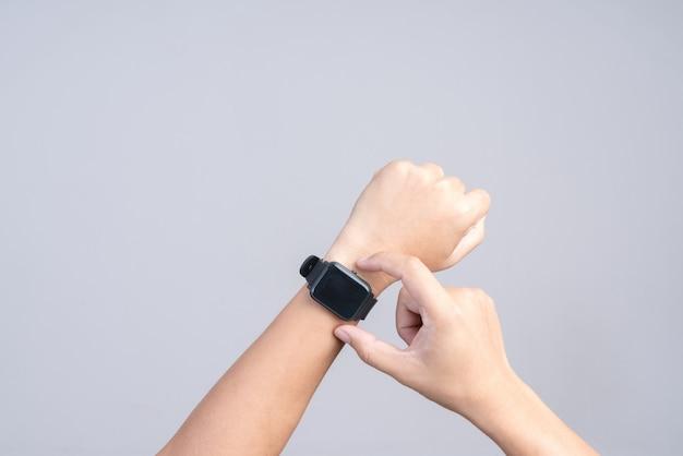 Hand, die moderne intelligente uhr trägt Premium Fotos