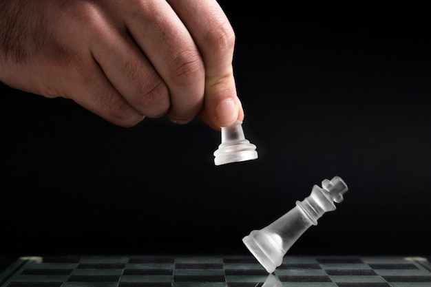 Hand, die transparente schachfiguren verschiebt Kostenlose Fotos