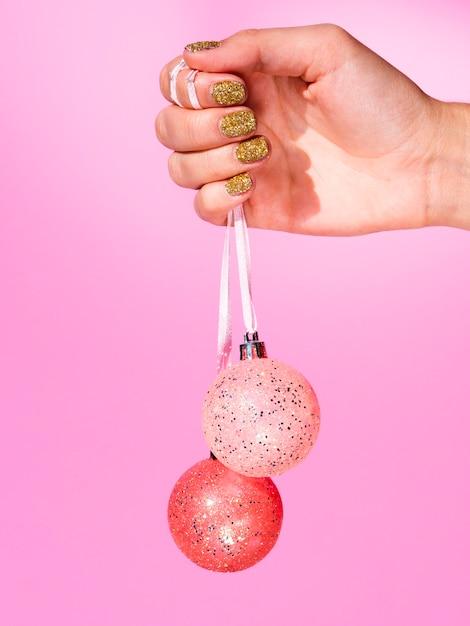 Hand, die verzierungsweihnachtsbälle hält Kostenlose Fotos