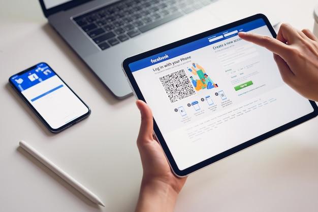Hand drückt den facebook-bildschirm Premium Fotos