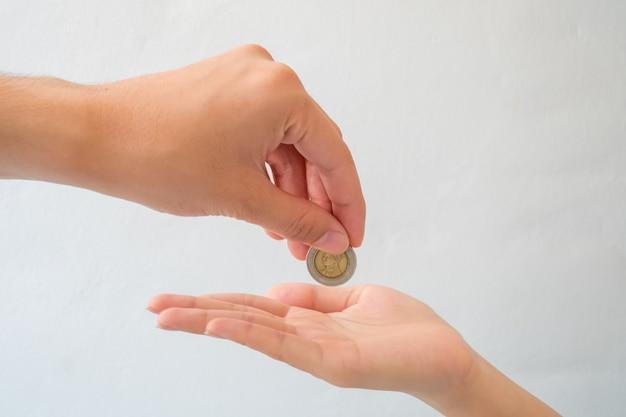 Hand geben geldisolat auf weißem hintergrund Premium Fotos
