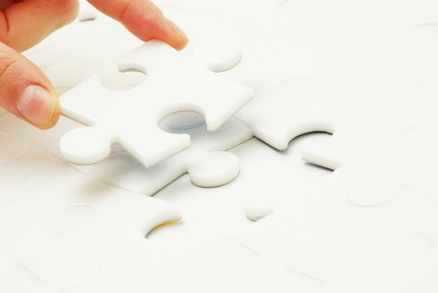 Hand hält ein leeres puzzleteil Premium Fotos