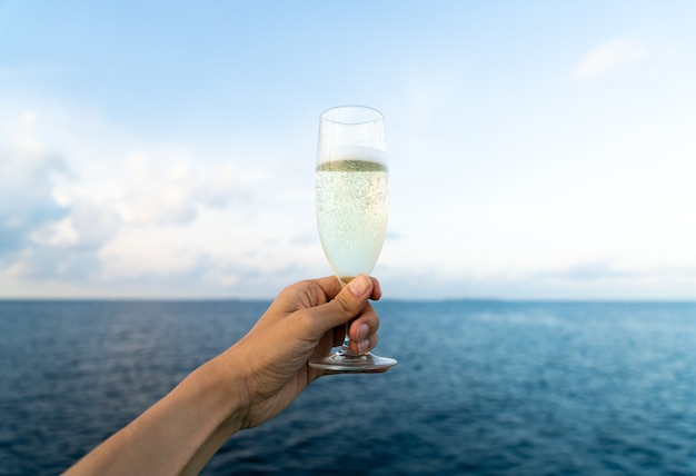 Hand hält glas sekt Premium Fotos
