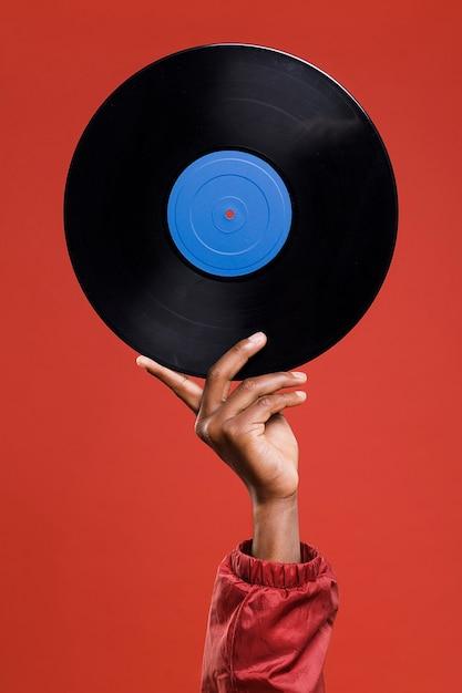 Hand hält vinyl Kostenlose Fotos