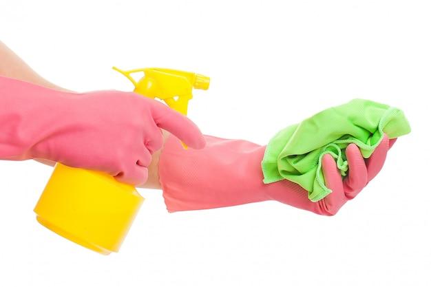 Hand in einem rosa handschuh, der spray und schwamm hält Kostenlose Fotos