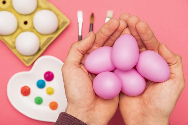 Hand mit bemalten eiern Kostenlose Fotos