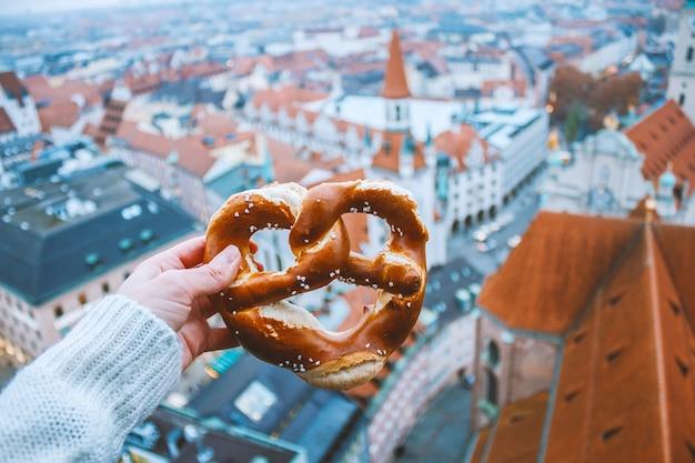 Hand mit traditioneller deutscher brotbretzel Premium Fotos