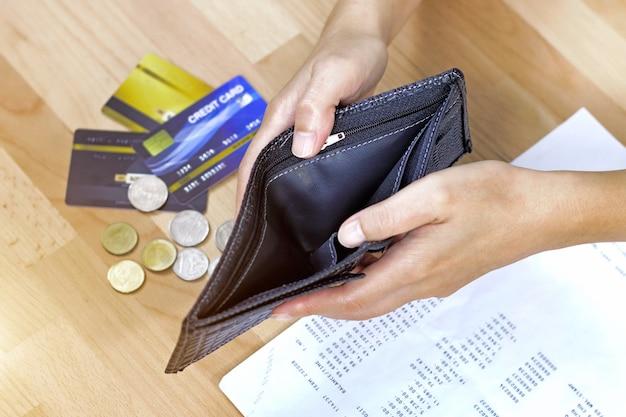 Hand offene leere brieftasche Premium Fotos