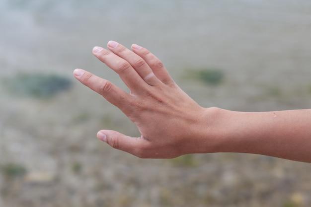 Hand ohne verlobungsring mit sonnenbräune. Premium Fotos