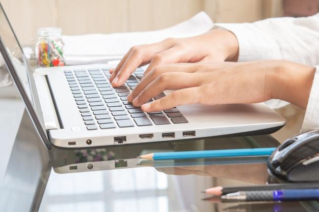 Hand und board auf einem laptop Premium Fotos