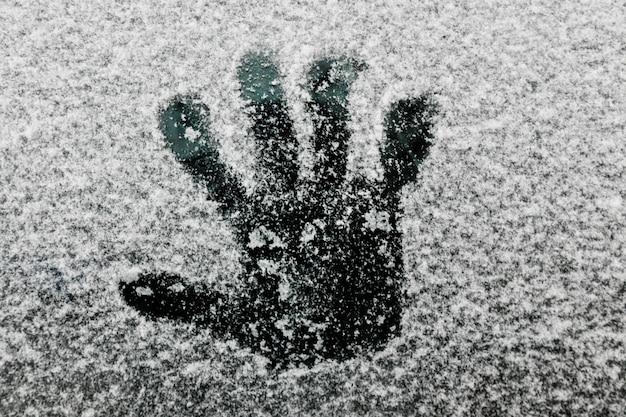 Handabdruck auf glas im winter Kostenlose Fotos