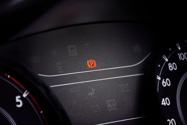 Handbremswarnleuchten am armaturenbrett im auto. Premium Fotos