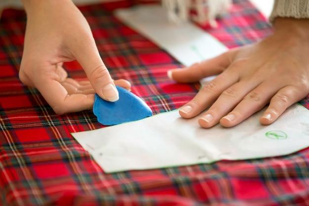 Hände arbeiten mit einem Nähmuster | Download der kostenlosen Fotos