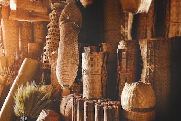 Handgefertigter vorrat an bambuskörben mit niedriger und warmer innenbeleuchtung. Premium Fotos