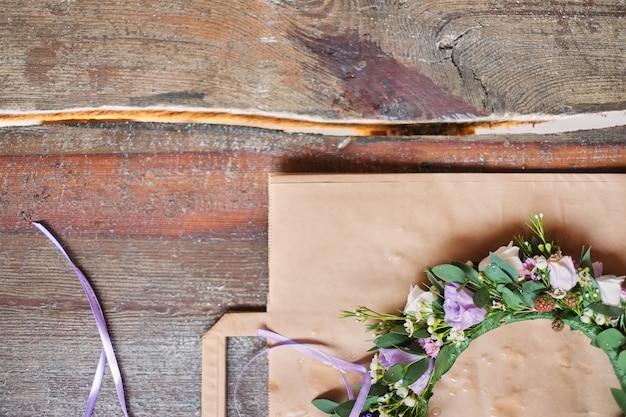 Handgemachte blumentiara aus blumen Premium Fotos