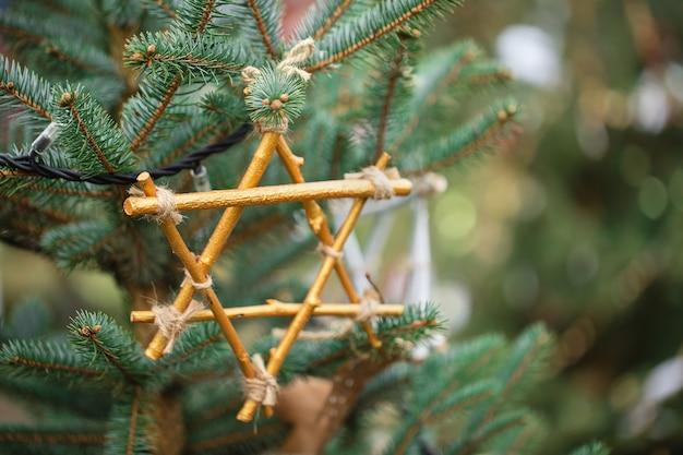 Handgemachte dekoration auf einem weihnachtsbaum. bereiten sie auf und vergeuden sie kein konzept, kopieren sie raum. Premium Fotos