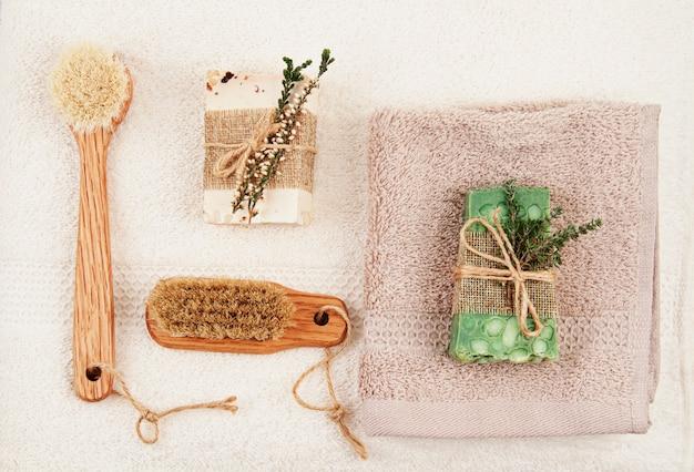 Handgemachte natürliche seife, trockenes shampoo und badezimmerzubehör, umweltfreundlicher badekurort, schönheitshautpflegekonzept. kleinunternehmen, ethische einkaufsidee Premium Fotos