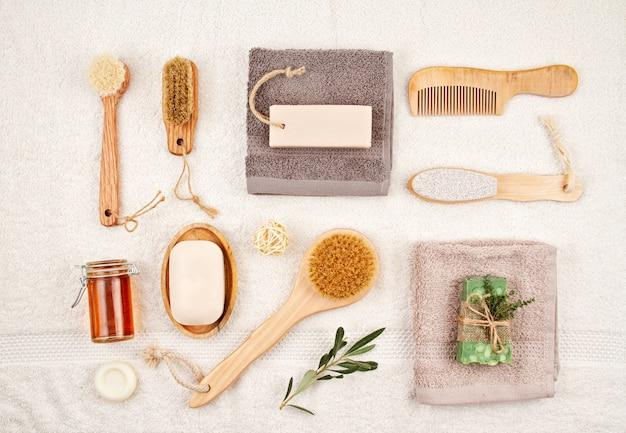 Handgemachte organische natürliche seife, trockenes shampoo, bürsten, badezimmerzubehör, umweltfreundlicher badekurort, schönheitshautpflegekonzept. Premium Fotos