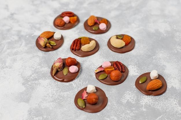 Handgemachte schokoladenmedianten, kekse, bissen, bonbons, nüsse. copyspace. ansicht von oben. Kostenlose Fotos