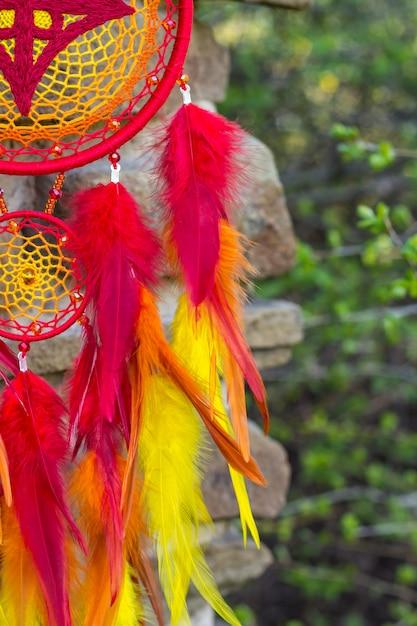Handgemachte traumfänger mit federn fäden und perlen seil hängen Premium Fotos