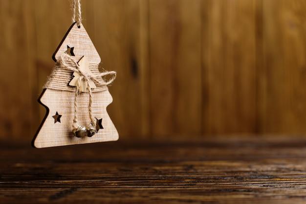 Handgemachter weihnachtsbaum auf einem holztisch. Premium Fotos