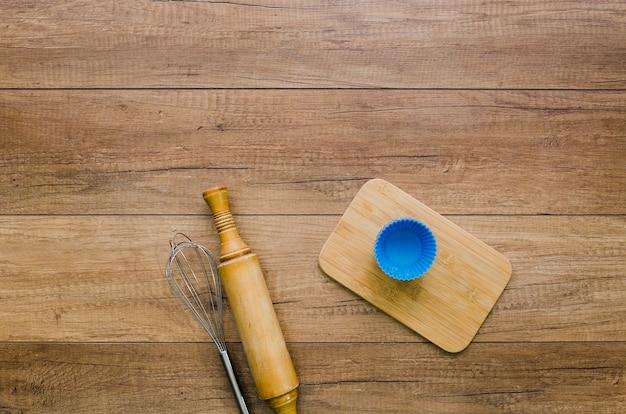 Handgemachtes brot mit bestandteilen und gerätküche Kostenlose Fotos