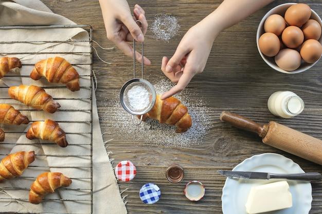 Handgemachtes croissant mit puderzucker auffüllen Premium Fotos