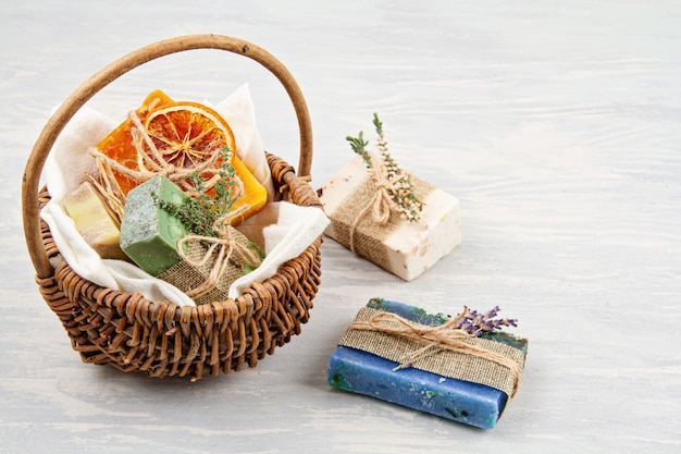 Handgemachtes natürliches soapand trockenes shampoo, umweltfreundlicher badekurort, schönheitshautpflegekonzept. kleinunternehmen, ethische einkaufsidee Premium Fotos