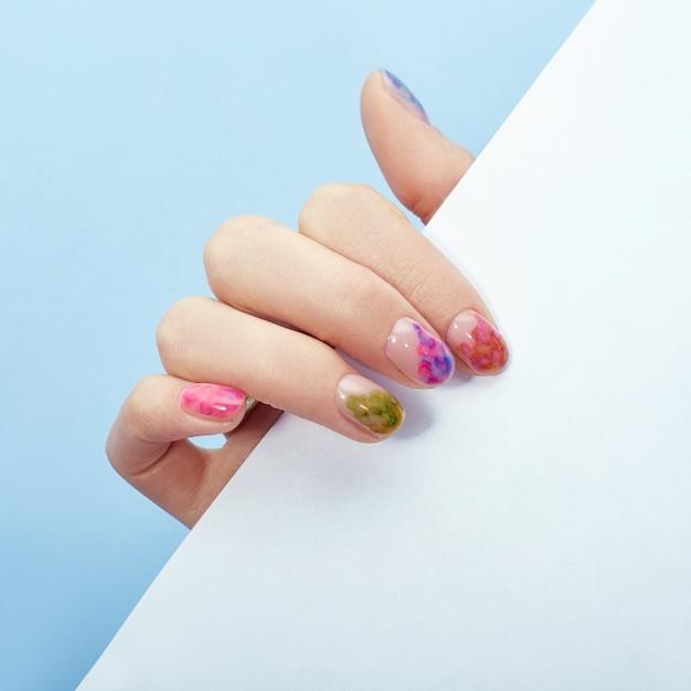 Handkosmetiknägel färben und pflegen, professionelles maniküre- und pflegeprodukt Premium Fotos