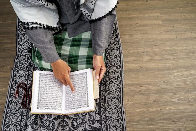 Handlesen des korans und beten Premium Fotos