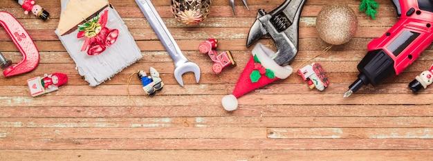 Handliche werkzeuge des baus mit weihnachtsverzierung auf holz für panoramische fahne Premium Fotos