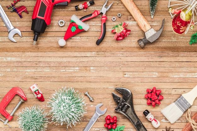 Handliche werkzeuge des baus mit weihnachtsverzierung auf holz Premium Fotos