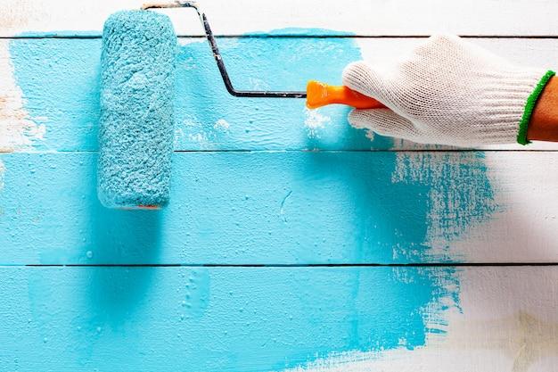 Handmalerei blaue farbe auf weißem holztisch. Premium Fotos