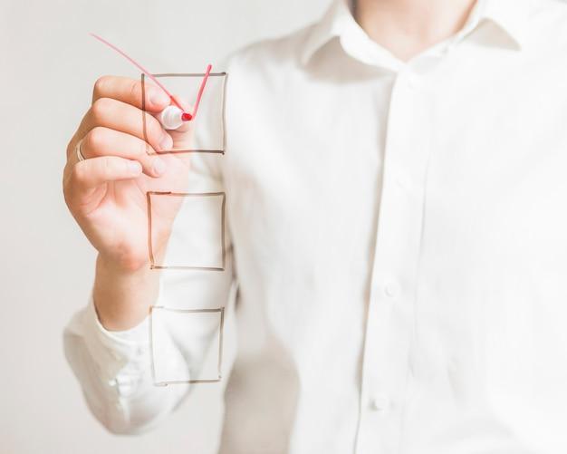 Handmarkierung des wirtschaftlers auf auswahlkästchen mit roter markierung über bildschirm Kostenlose Fotos