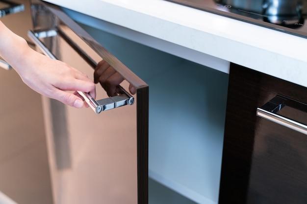 Handoffener küchenschrank Premium Fotos
