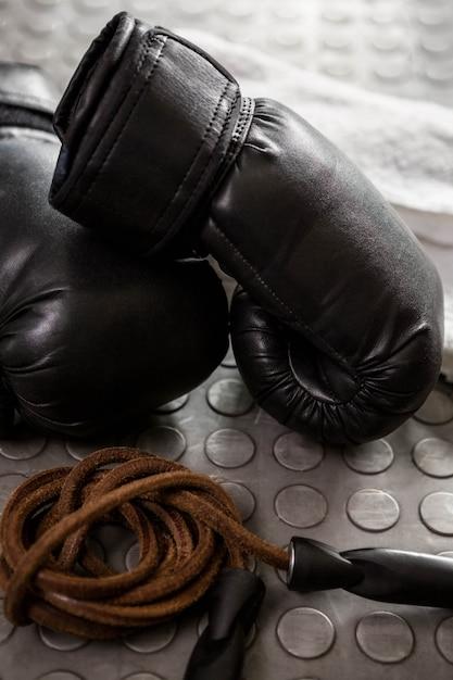 Handschuhe und seil in der crossfit-turnhalle Premium Fotos