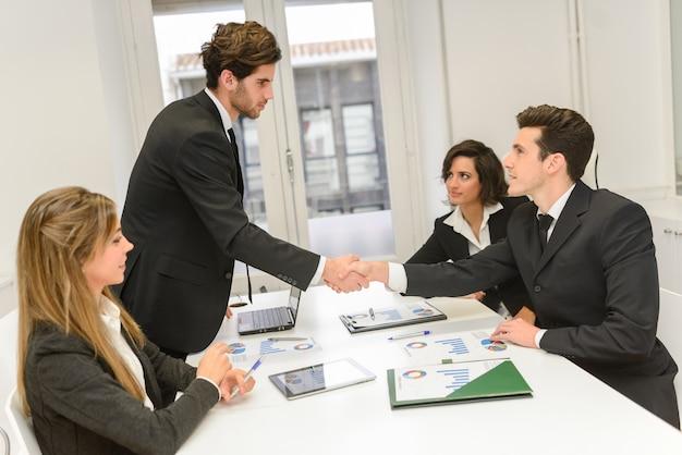 Handshake nach dem interview Kostenlose Fotos