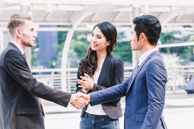 Handshake von geschäftspartnern Premium Fotos