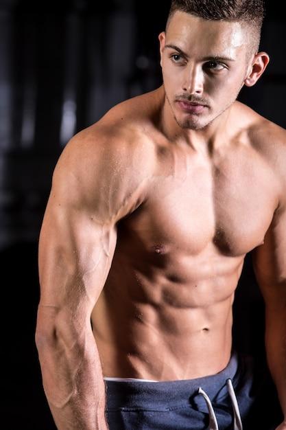 Handsome junge bodybuilder Kostenlose Fotos